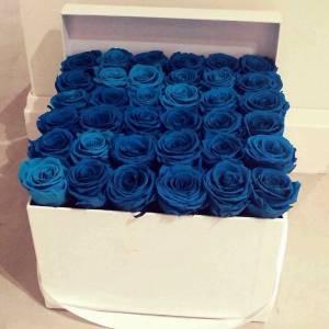 31 синяя крупная роза в коробке R665
