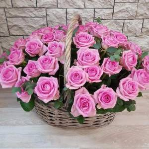 31 розовая роза в корзине с зеленью R269