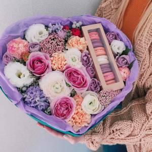 Коробка с цветами и макаронсами R216