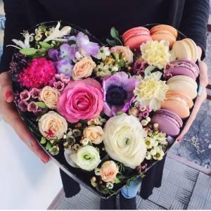 Сердце с цветами и макаронсами R1083