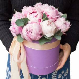 Коробка 9 крупных розовых пионов с лентами R1091