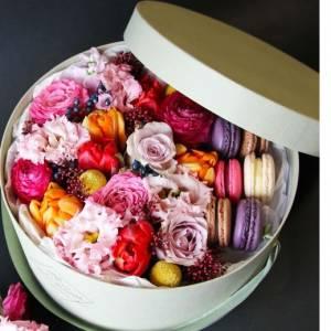 Коробка с цветами и макаронсами R215