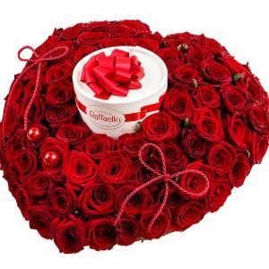 101 красная роза в виде сердца с Raffaello R98