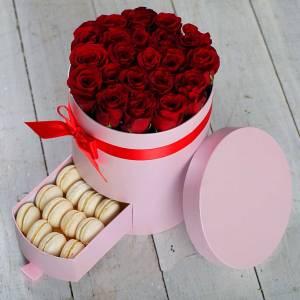 Коробка с красными розами и макаронсами R220