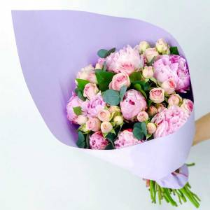 Букет пионы и кустовая роза в крафте R594
